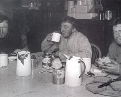 Wilson, Bowers et Cherry-Garrard le 1er aout 1911, de retour de leur raid vers le cap Crozier © Herbert Ponting
