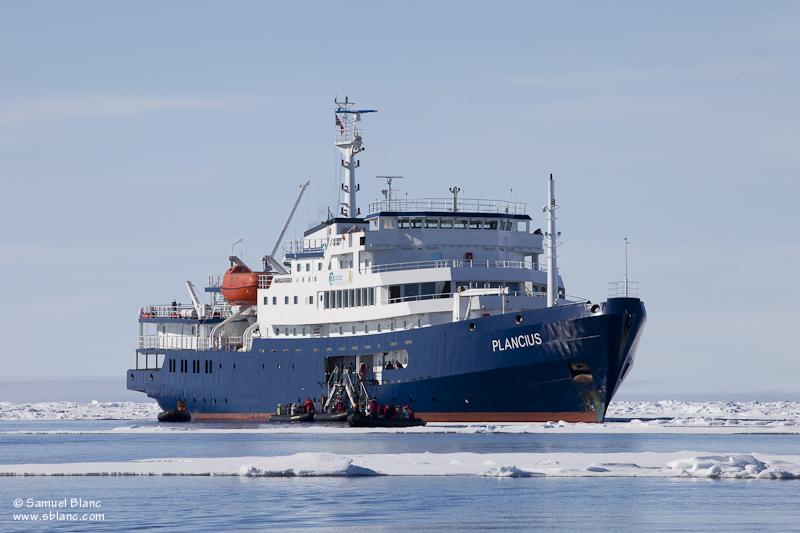 Le Plancius, navire de croisière d'expédition polaire de l'agence hollandaise Oceanwide Expeditions, membre d'IAATO