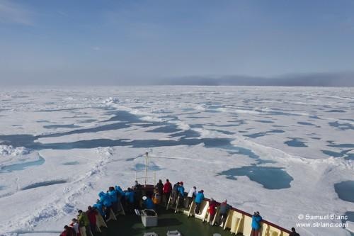 Navire de croisière expédition évoluant dans les glaces au Nord du Spitzberg