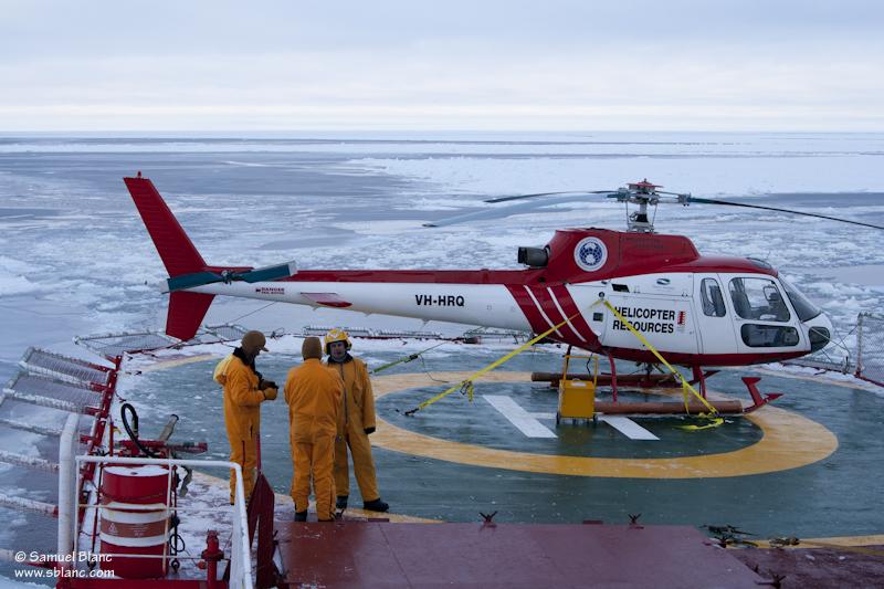 L'hélicoptère et son équipage peu avant le premier vol