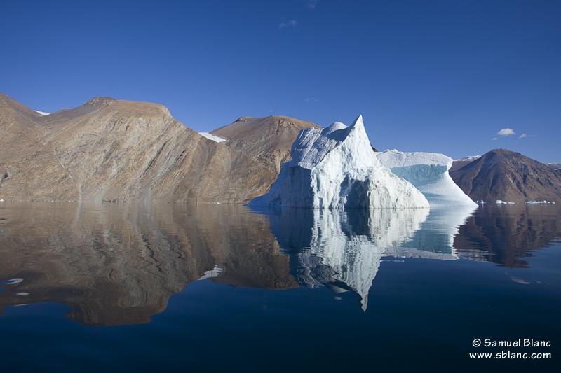 Iceberg et paysage dans le Fjord Franz Joseph au Groenland