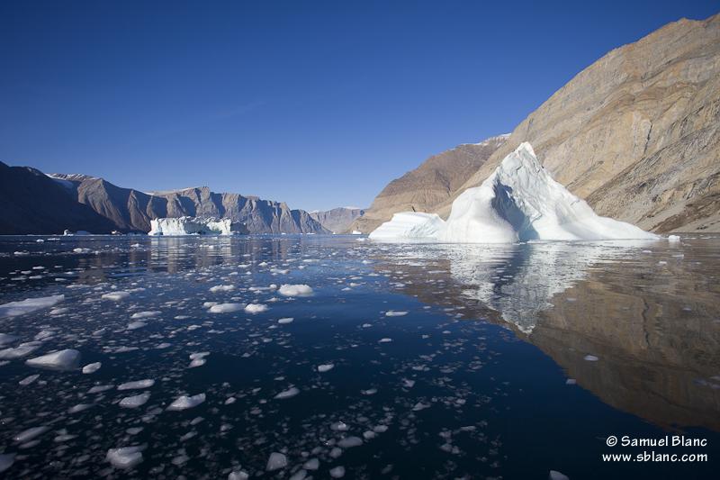 Icebergs dans le fjord de l'Empereur François Joseph au Groenland