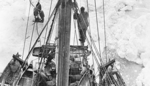 Le Karluk pris dans les glaces de l'océan Arctique