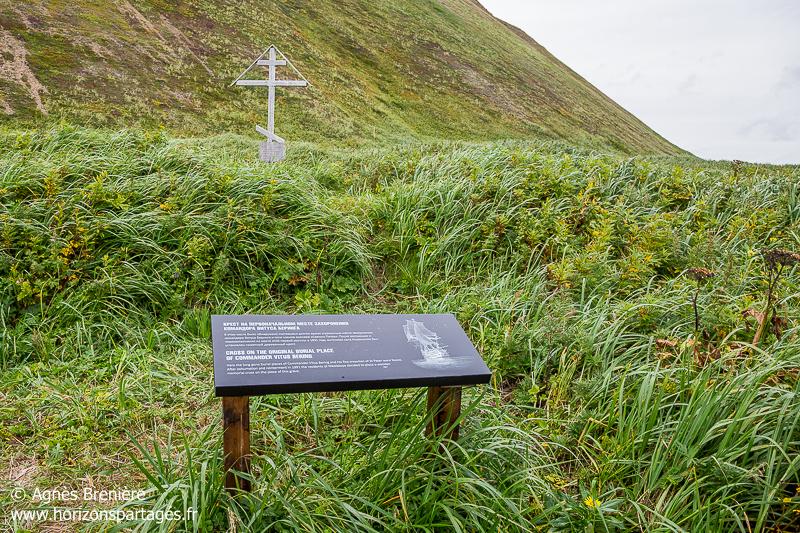 Emplacement originel de la tombe de Vitus Béring et croix commémorative