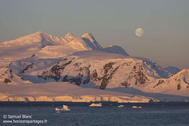 Lever de lune dans les îles Shetland du Sud