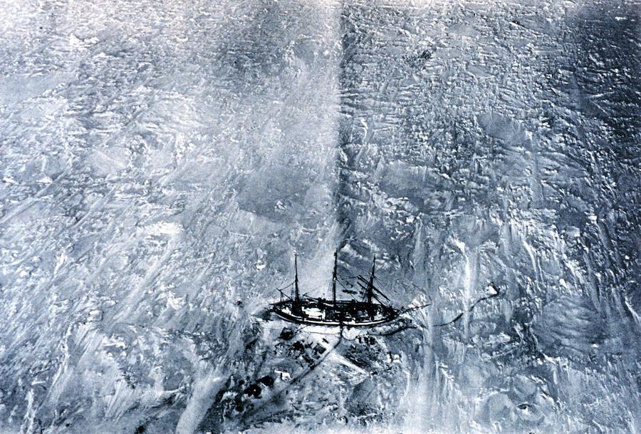 Photographie du Gauss dans les glaces prises par Drygalski depuis le ballon à hydrogène le 29 mars 1902