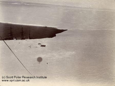 Première vue et photographie aérienne de l'Antarctique prise à bord d'un ballon à hydrogène en mer de Ross le 4 février 1902